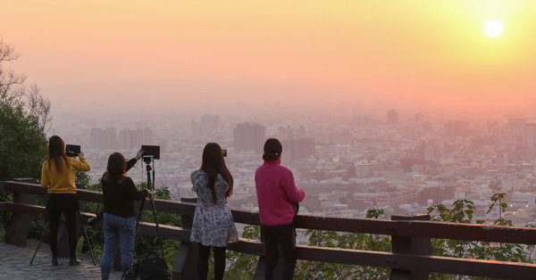 台中豐原公老坪丘逢甲紀念公園欣賞美麗夕陽和百萬夜景