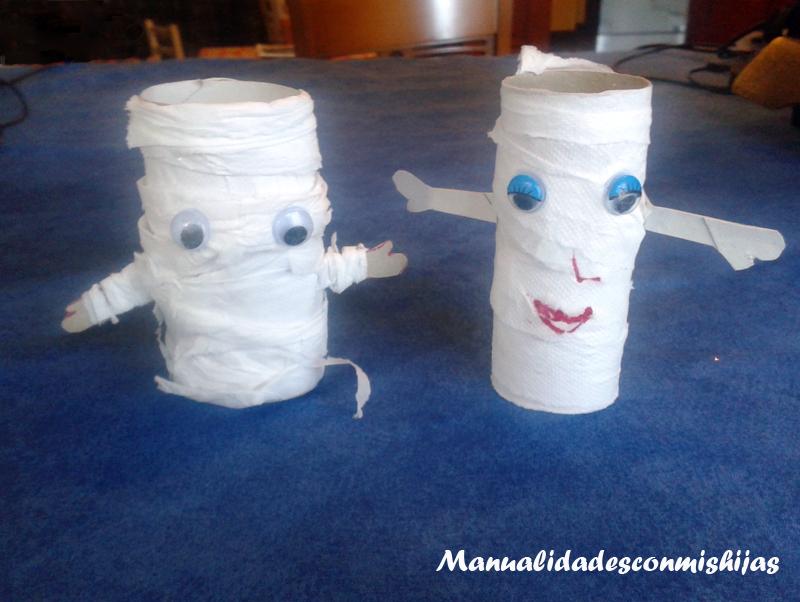 Momias con tubos de papel y papel del baño