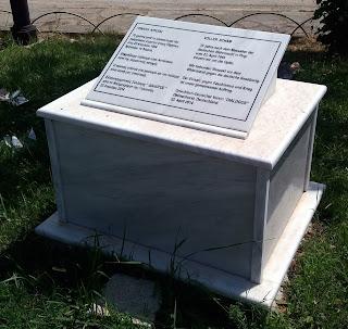 στήλη του Ελληνογερμανικού Συλλόγου ΔΙΑΛΟΓΟΣ στους Πύργους Εορδαίας