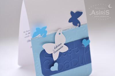 Invitatii de botez handmade in nuante albastre cu fluturas personalizat cu numele bebelusului si inimi