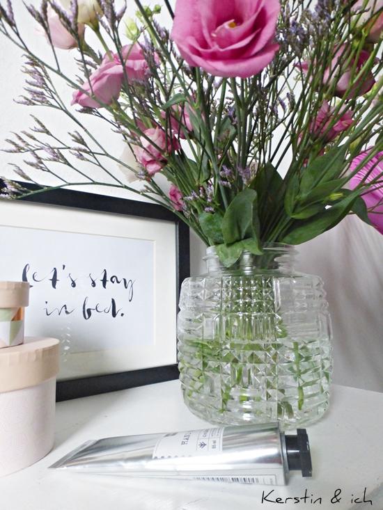 Blumenstrauß in Rosatönen mit Japanrose und Strandflieder