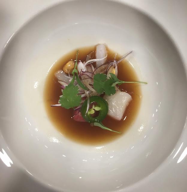 Ceviche chifero de vieras, calamar, atún bluefin y pepino.