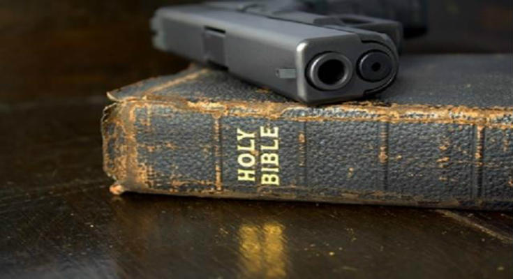 Κεραυνοί καθολικού ιερέα: «Αφήστε τους πασιφισμούς. Οι Χριστιανοί έχουν ηθικό καθήκον να αμυνθούν κατά της τρομοκρατίας»