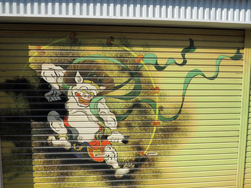 Raijin painted on a garage door, Toyokawa Inari.