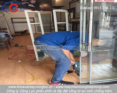 Trình độ tay nghề cao đã nhanh chóng tiến hành lắp đặt cổng từ chống trộm cho shop thời trang MANBASIC - Cát Cụt - Hải Phòng một cách nhanh chóng, chuyên nghiệp, thẩm mỹ.