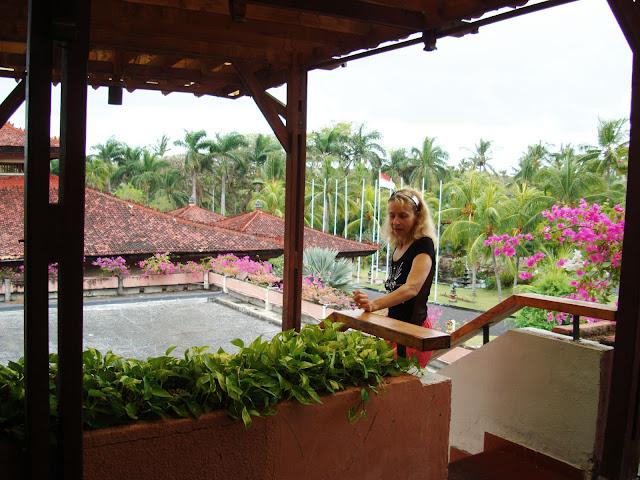 На фото - туристка утром в отеле, остров Бали