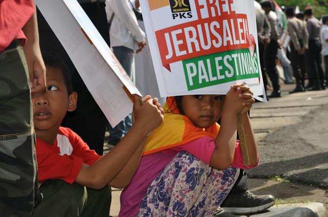 Surat Al-Fajr di Depan Anak Palestina yang Akan Dibunuh Israel