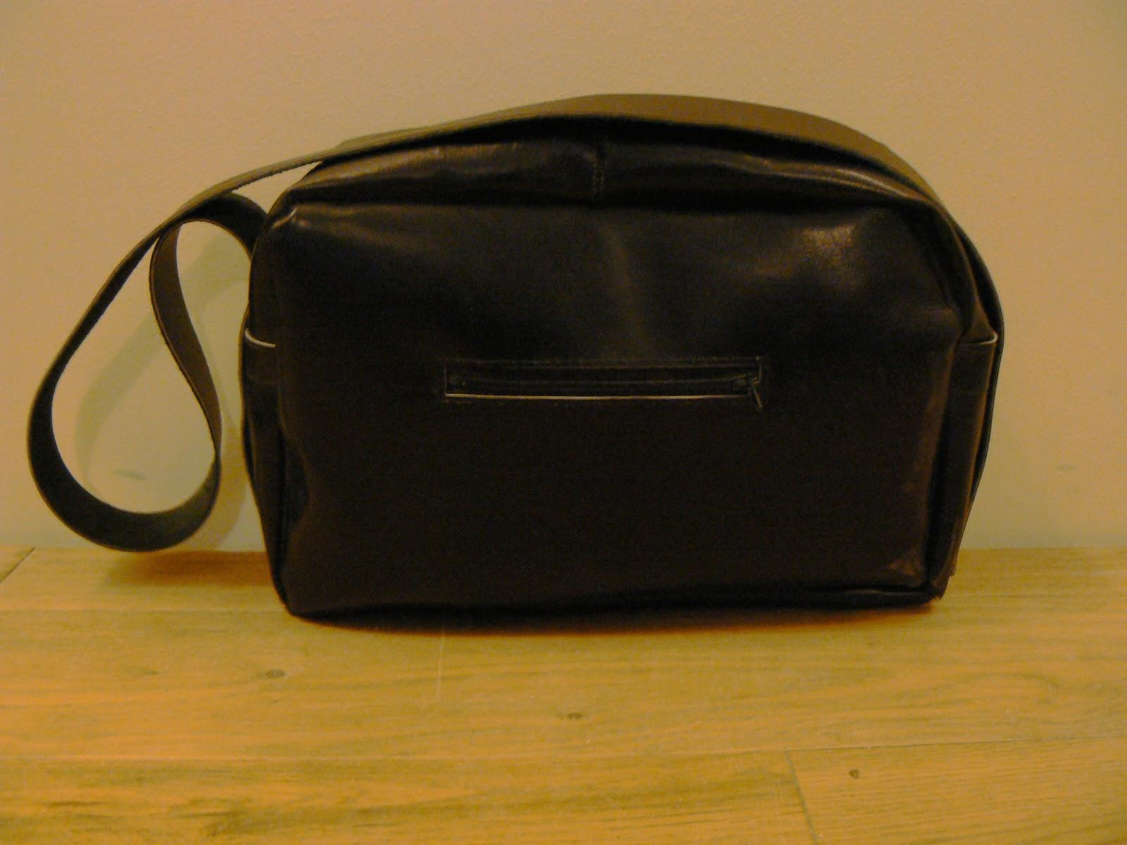 Face arrière du sac à main en cuir noir