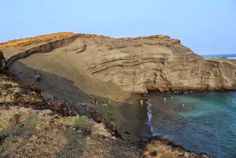 Papakolea Beach yet it is called - Green Sands Beach or Mahana Beach. This beach from different sides surrounded by cliffs and only one side has access to the beach okean. Zeleny shade gives beryl gemstone that is used in the jewelry industry. Peridot - golden-green semi-precious stone, it is also called peridot jewelry, depending on the ratio of the two constituent elements of the stone will have a different shade of green. If you look at the beach «Green Sands Beach» from afar, it appears green but if you get closer, you'll notice that it becomes olive-gold. These greenish stones are born from local volcanic lava, blotches chrysotile found in the rocks surrounding this bizarre beach.