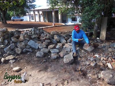 Pedra para revestimento de pedra na parede, do tipo pedra moledo, sendo cortada e aperfeiçoada para colocação de pedra na parede.