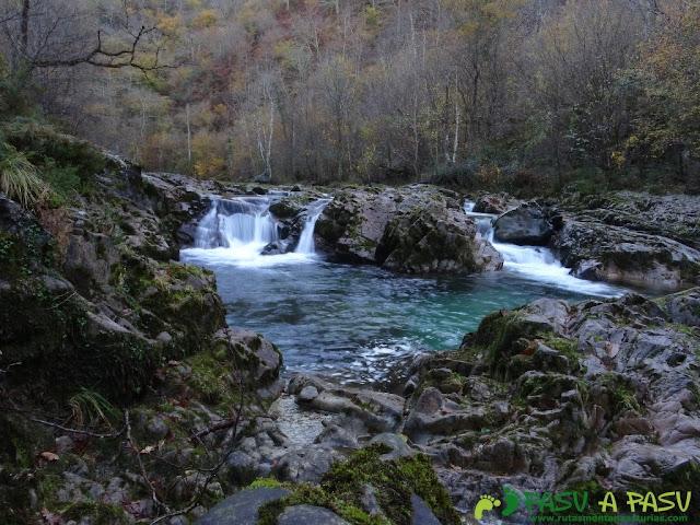 Salto de agua en el Río Dobra con efecto seda