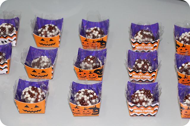 Decoração Festa de Halloween : Brigadeiros em Forminhas Especiais para o Dia das Bruxas