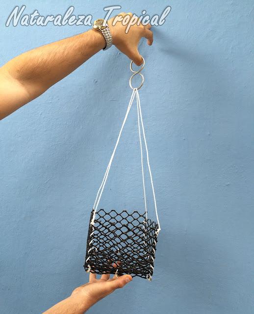 Por último, utilizamos el alambre en forma de 8 para unir los cordeles y colgar la maceta en el lugar que dispongamos para ella.