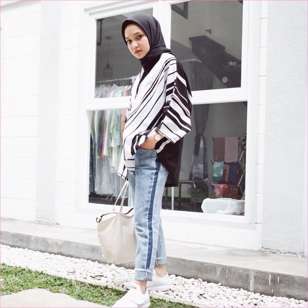 Outfit Celana Jeans Untuk Hijabers Ala Selebgram 2018 blouse strip kekerudung segiempat hijab square hitam totebags kets sneaker putih pants jeans denim jam tangan ootd trendy
