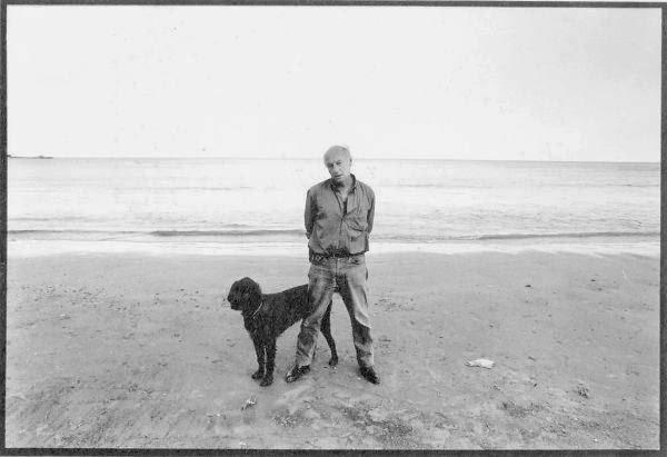 Foto de Eduardo Galeano y su perro Morgan