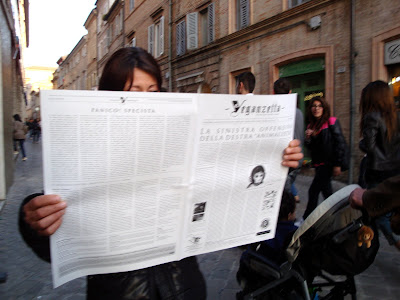 Risultati immagini per caterina regazzi legge il giornale