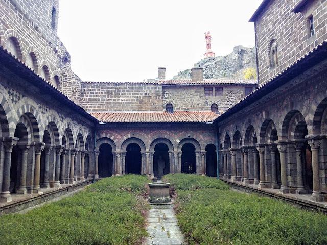 Claustro Catedral Le Puy-en-Velay Francia CaminodeSantiago