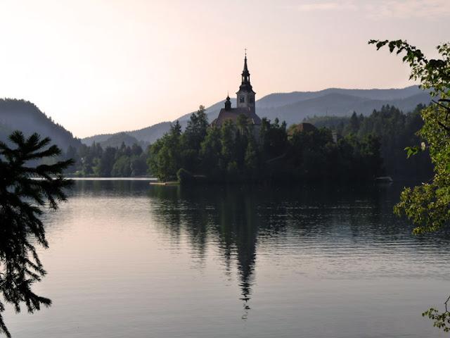 Foto de la Isla en el centro del Lago de Bled al amanecer. Ruta en autocaravana por Eslovenia | caravaneros.com