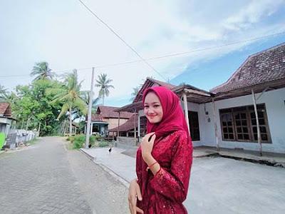 Safira Inema Pakai Jilbab Merah