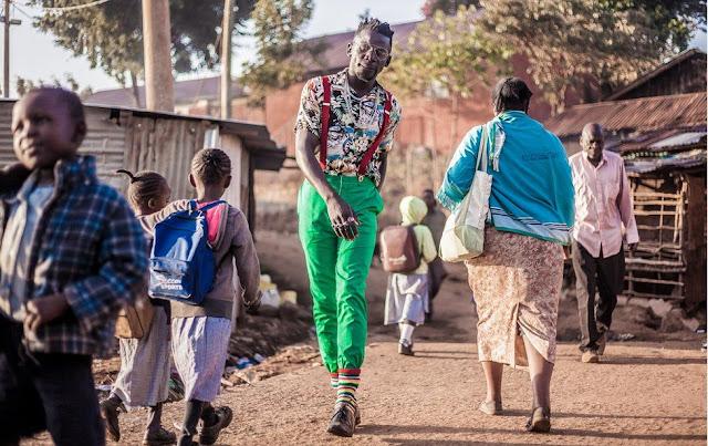 Seorang Fashionista Berani Tampil Menonjol Di Daerah Kumuh Kibera