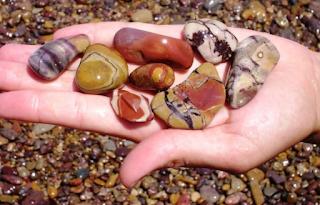 Η παραλία της Ελλάδας με τα σπάνια πολύχρωμα βότσαλα που θυμίζουν έργα τέχνης