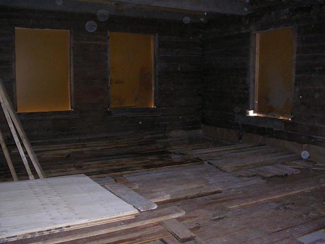Vanhat lattialankut kuivamassa sisätiloissa