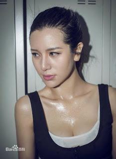 Du Chiao: atriz chinesa. Actress. 女演員 Mulher reage ao assedio sexual em elevador na China. Verdade ou coreografia?
