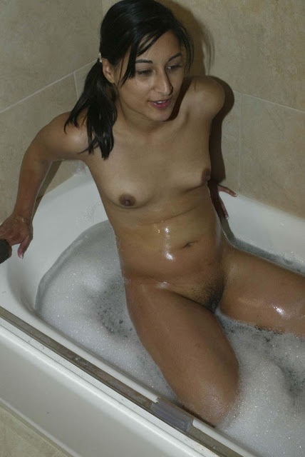 Desi Aunty Bhabhi Ki Nude Bathing Photo