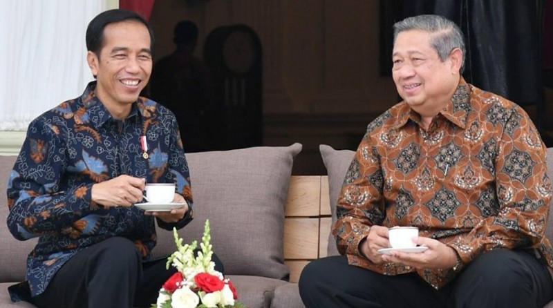 Jokowi dan SBY menikmati teh di beranda Istana Merdeka
