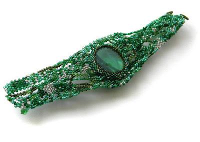 Зеленый фриформ-браслет со стеклянной галькой