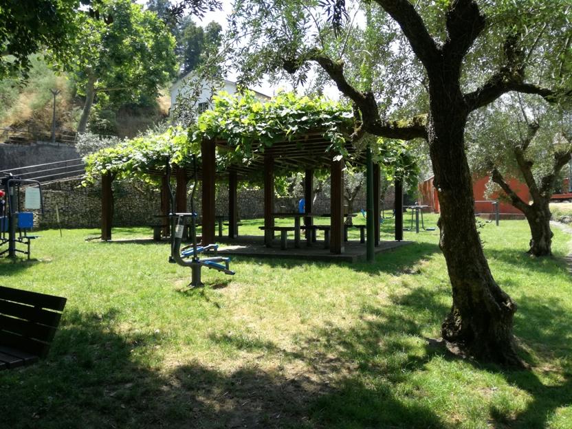 Parque Público Francisco Rosas com zona de Manutenção e sombras