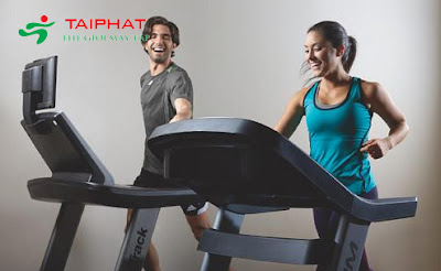 Tập luyện với máy chạy bộ giảm cân.