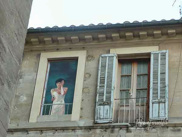 Una mujer se asoma al balcón