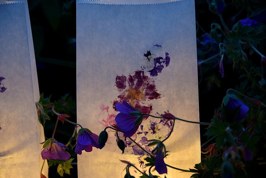 DIY-Windlichter aus Papiertüten: Windlichter mit Bluetendruck gestalten