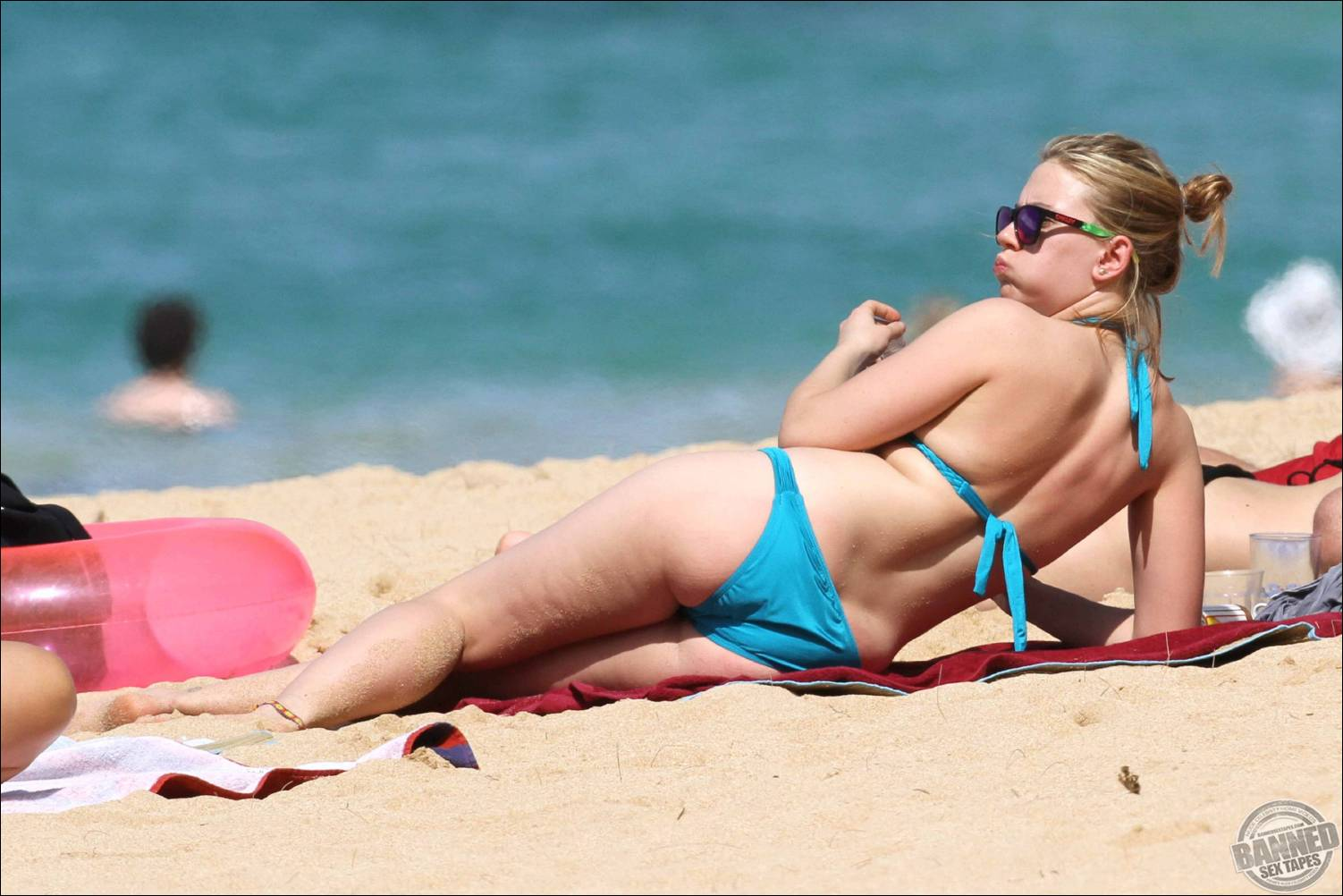 Scarlett Johansson Caught On The Beach In A Blue Bikini -9124