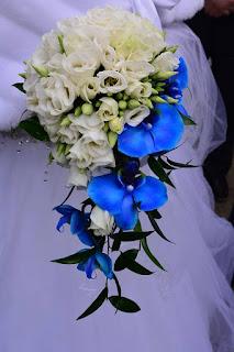 Wiązanka ślubna z niebieskim storczykiem oraz niebieska dekoracja na samochód.