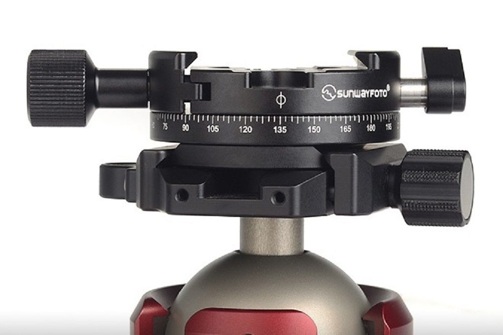 Sunwayfoto DDH-05 Panning Clamp mounted on XB-52 ball head clamp
