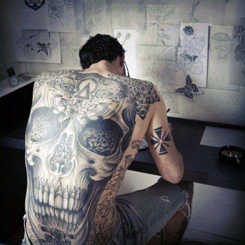 Tatuajes en la espalda de calavera para hombre