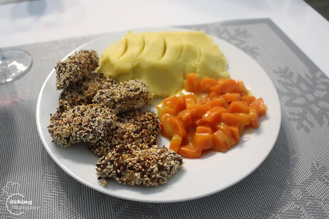 Kurczak pieczony w sezamie i siemieniu lnianym, słodka gotowana marchewka