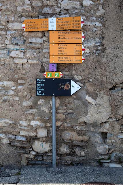 Cartelli dei sentieri a Meride