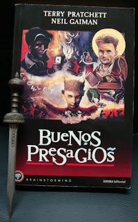Portada del libro Buenos presagios, de Terry Pratchett y Neil Gaiman