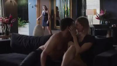 Jenny (Nathalia Altenbernd) flagra Diogo (Armando Babaioff)