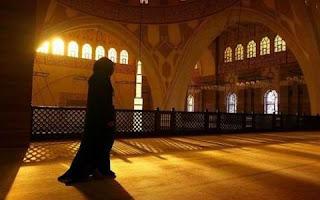 perempuan yang menunggu imam