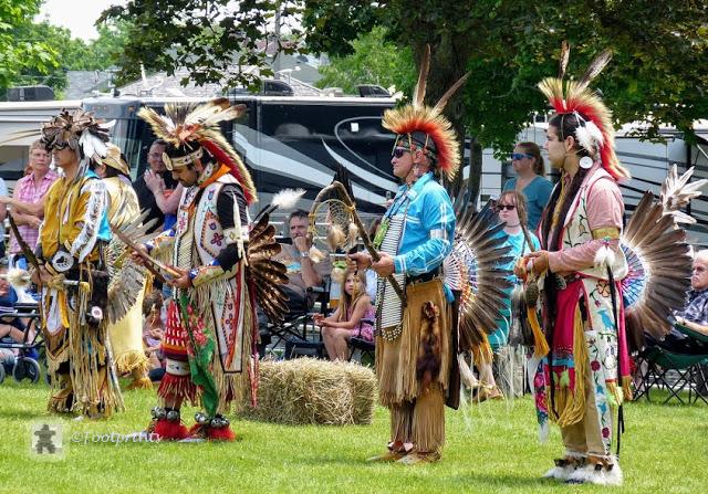 Wir erreichen gegen Mittag denTurtle Island Park und hoeren bereits von weitem ein  rhythmisches Trommeln. Vor einem Zelt sitzen 6 Natives, die gemeinsam im Takt auf eine grosse Trommel in der Mitte schlagen. Wir kommen gerade rechtzeitig zur Eroeffnung, die mit einer kurzen Einfuehrung durch den spirituellen Leader beginnt.