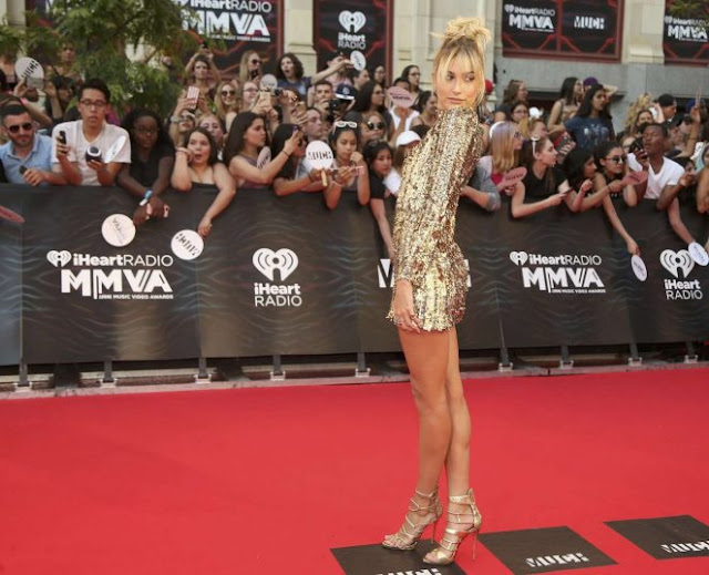 Hailey Baldwin shimmers in gold at the MuchMusic Video Awards 2016