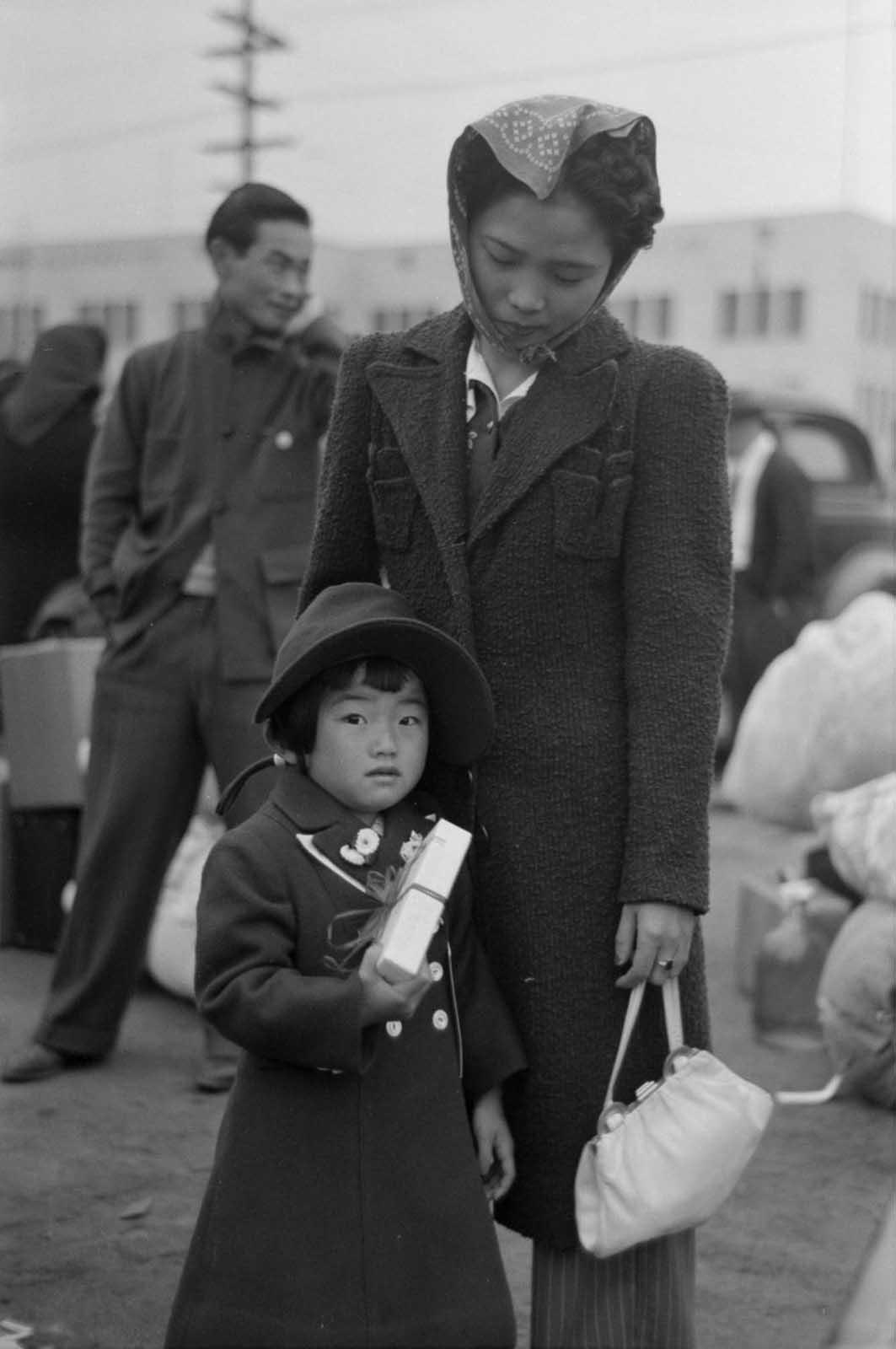 Una madre y su hija se reúnen para reubicarse en una estación de tren de Los Ángeles.