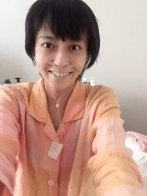 癌闘病の病床でオレンジのパジャマを着て鼻に細い管を通した小林麻央の笑顔の自撮り写真