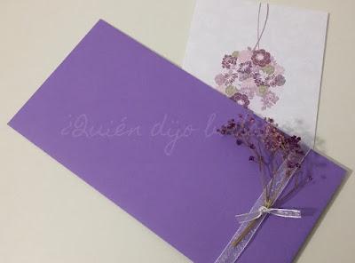Sobre para invitaciones de boda decorado con cinta de organza y paniculata