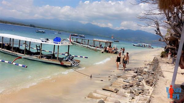Aktivitas wisatawan di Pantai Selong Belanak