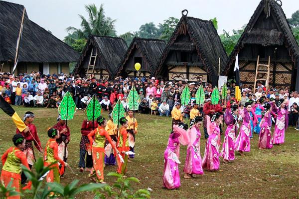 Pertunjukan kesenian khas Sunda di Kampung Budaya Sindangbarang